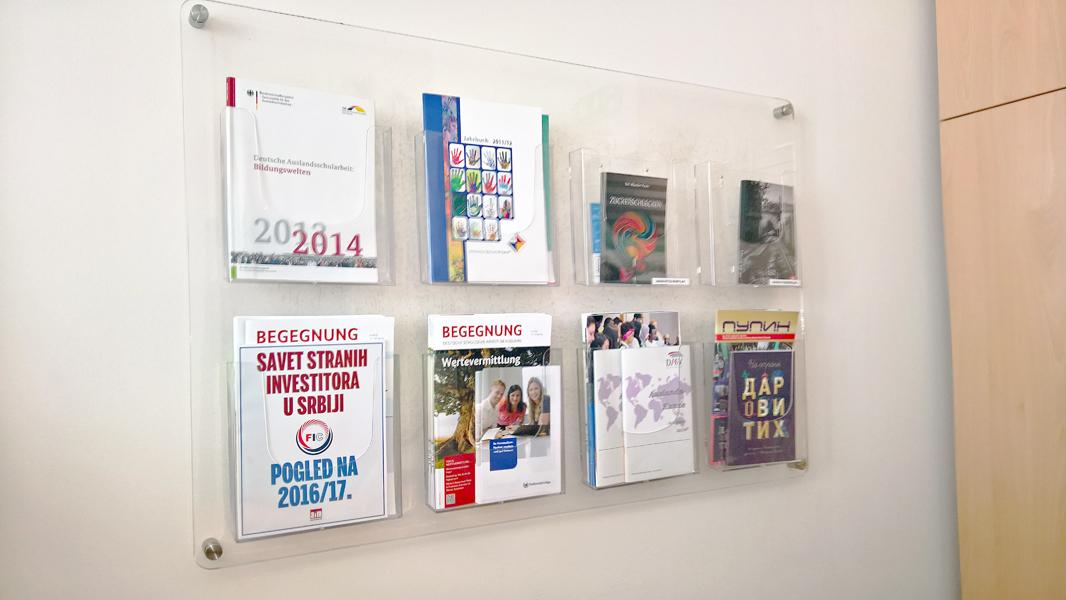 Zidna kliritna info tabla sa džepovima za brošure i kataloge