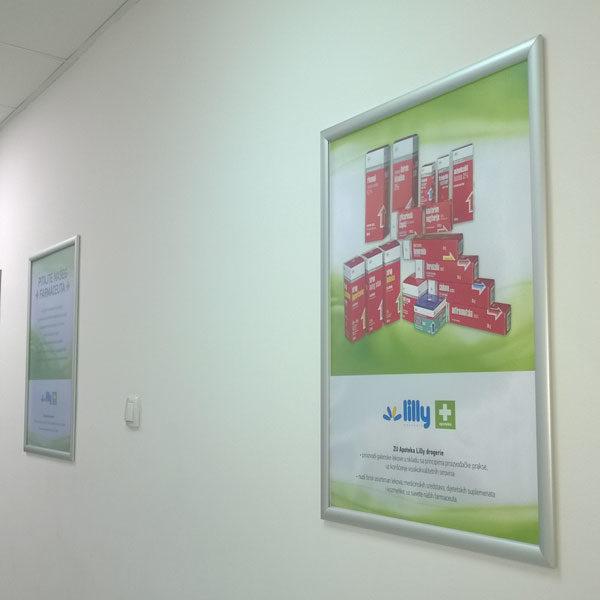 Aluminijumski-klik-klak-poster-ram-profil-25mm-na-zidu
