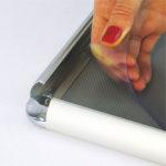 Zastitna-folija-na-klik-poster-ramu-od-25mm-sa-sjajnim-uglovima