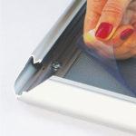 Zastitna-folija-na-klik-poster-ramu-od-profila-32mm