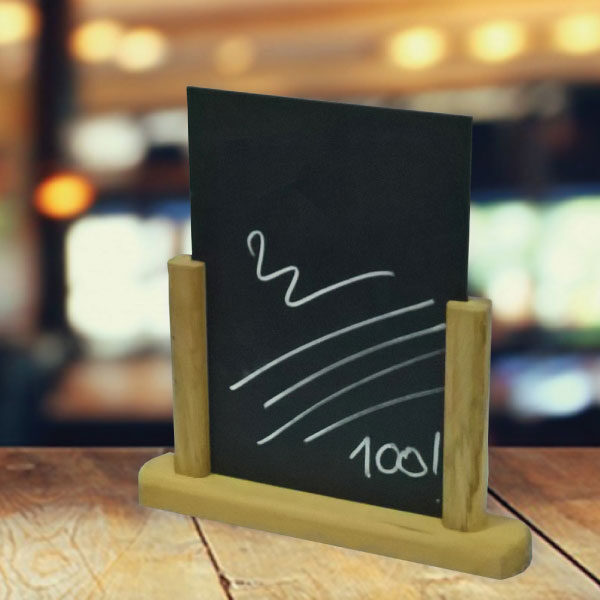 Drvena info tabla sa dva stuba i pisi brisi tablom na vrhu